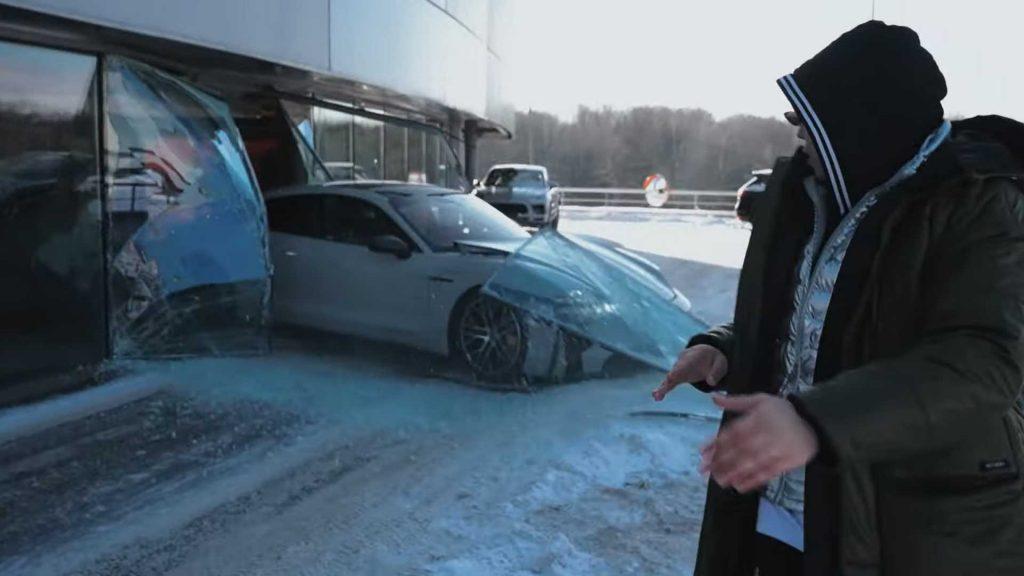 Este Porsche Taycan Turbo S conseguiu ter um acidente antes de sair do concessionário. A manobra foi elabora por um conhecido Youtuber russo que alega ter confundido os pedais do travão e acelerador... Mas será que foi mesmo isso?